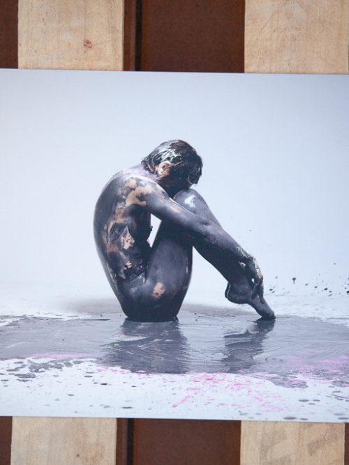Chica desnuda con pintura negra. Fotografia