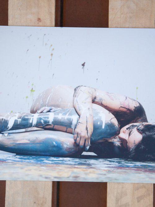 Chica desnuda con pintura. Fotografia
