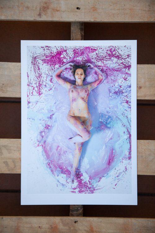 chica desnuda sobre pintura rosa y lila