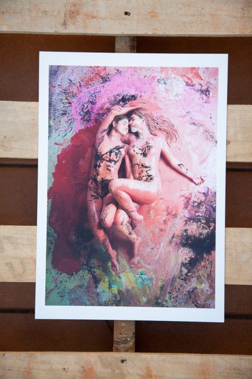dos chicas desnudas con pintura roja y negra