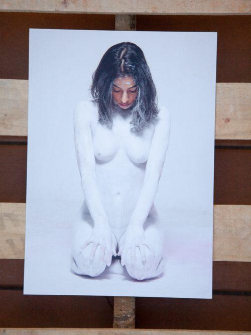 chica desnuda pintada de blanco